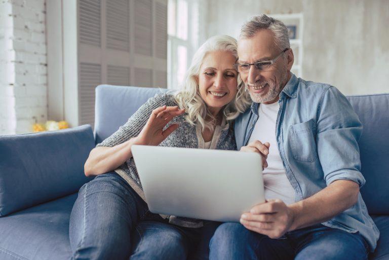 Älteres Paar am Laptop